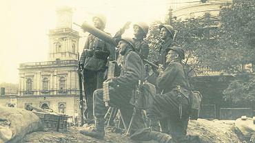 Warszawa, wrzesień 1939 r. Stanowisko obrony przeciwlotniczej z ciężkim karabinem maszynowym Browning na skrzyżowaniu Marszałkowskiej i Alej Jerozolimskich