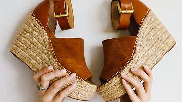 buty na koturnie zdjęcie ilustracyjne