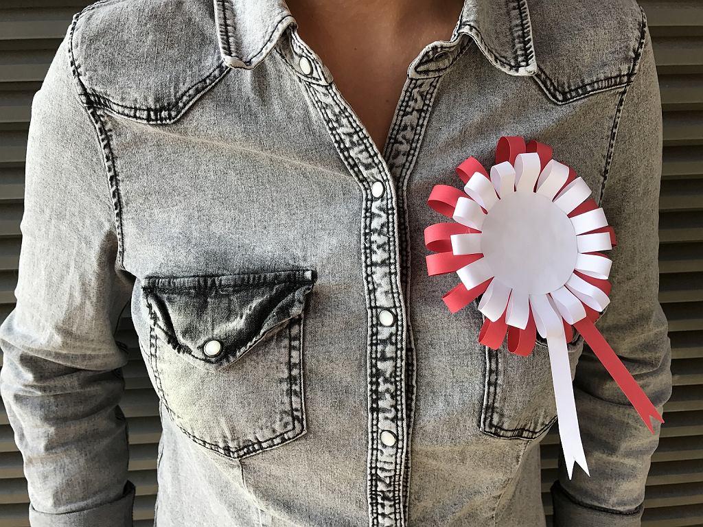 11 listopada to święto wszystkich Polaków. Tego dnia warto przyczepić do kurtki biało-czerwony kotylion. Podpowiadamy, jak własnoręcznie zrobić prosty ale efektowny kotylion.