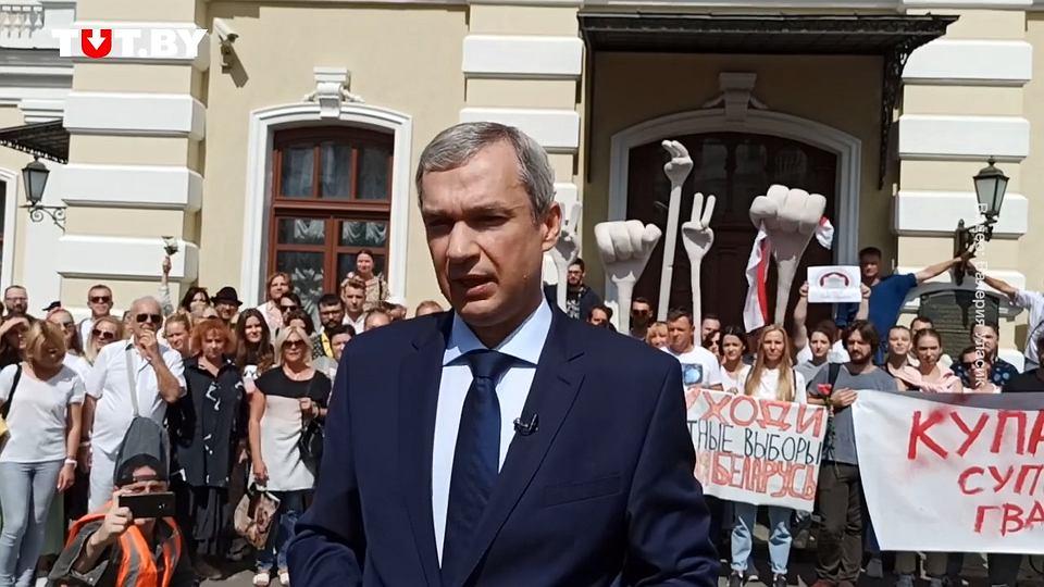 - Było mi wstyd kiedy zobaczyłem oświadczenia prostych ludzi jakich się katuje, którego dokonywali także Białorusini. Jestem dumny z tych, którzy chcą żeby ich szanowano, słyszano i wreszcie wysłuchano - wyznał publicznie Paweł Łatuszka, dyrektor głównej białoruskiej sceny teatralnej, był ambasador Białorusi w Polsce i były minister kultury tego kraju.