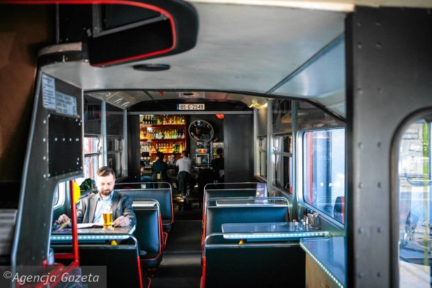 29.04.2015 Gdansk, Stacja de Lux , autobus imprezowy jest już otwarty. ul. Grunwaldzka 22 . Tuse artysta . Fot . Renata Dabrowska / Agencja Gazeta