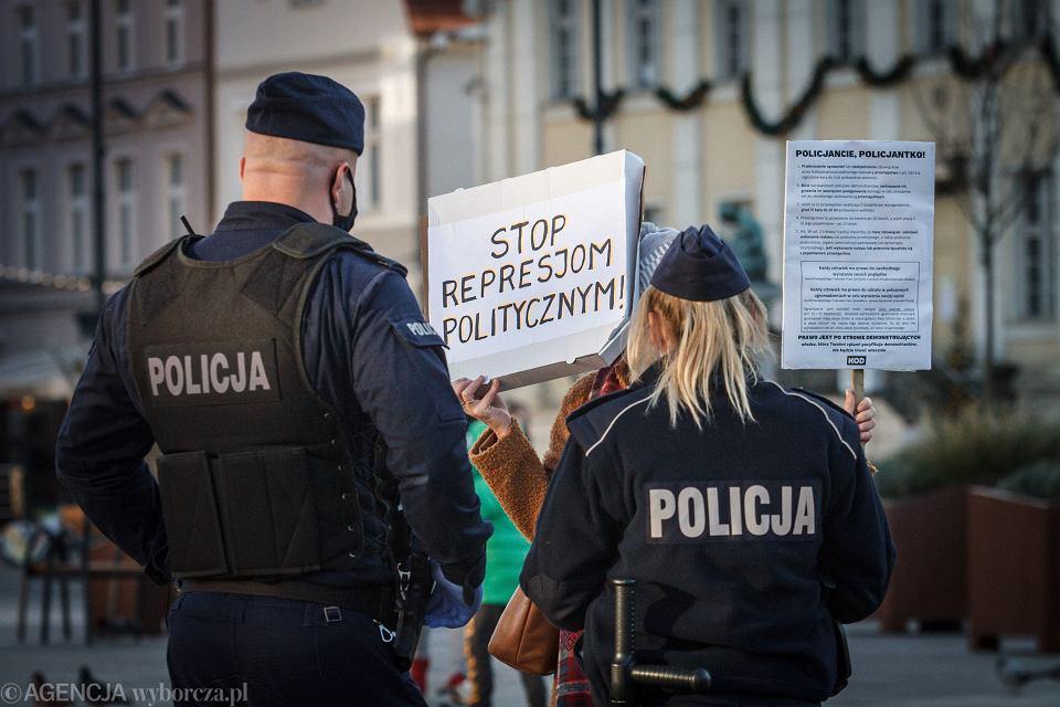 30.12.2020 Bydgoszcz . Zorganizowane przez Komitet Obrony Demokracji spotkanie w ramach akcji '' Stop Zastraszaniu '' w czasie epidemii koronawirusa .
