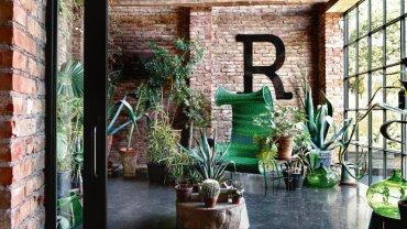 W budynku dawnej stajni, oddzielonej od salonu szklanymi przesuwnymi drzwiami, Giuseppe urządził wewnętrzny ogród. Odpoczynek wśród agaw, aloesów i palm przypomina mu dzieciństwo w Apulii na południu Włoch.