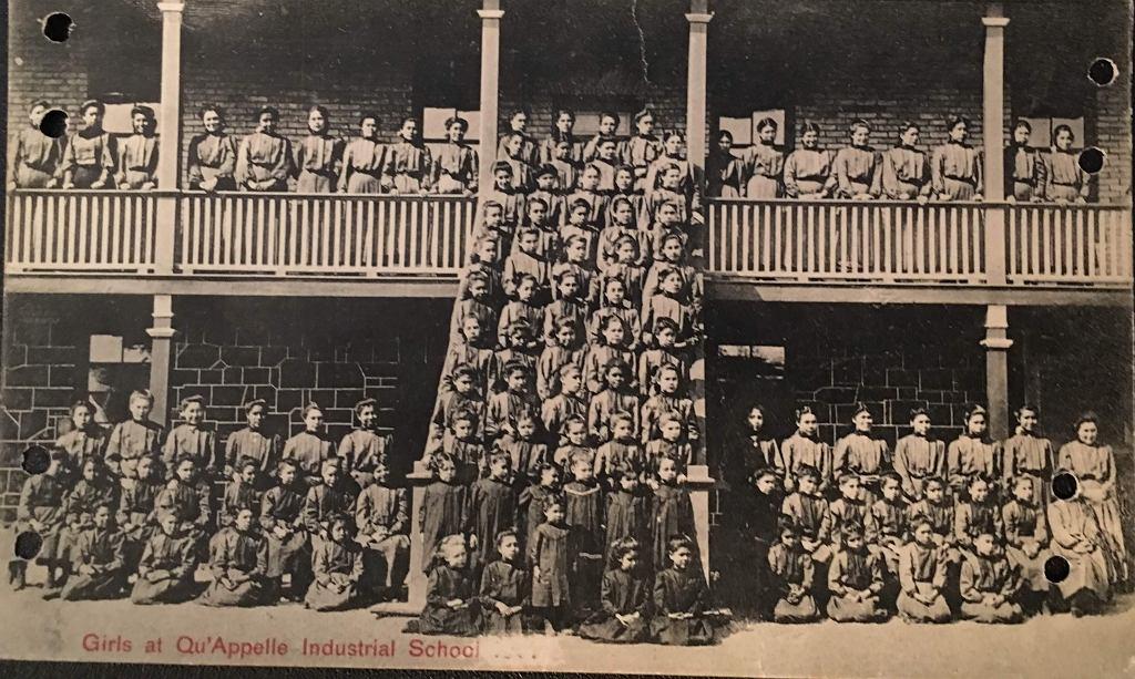 Pocztówka ze szkoły z internatem dla Indian Qu'Appelle