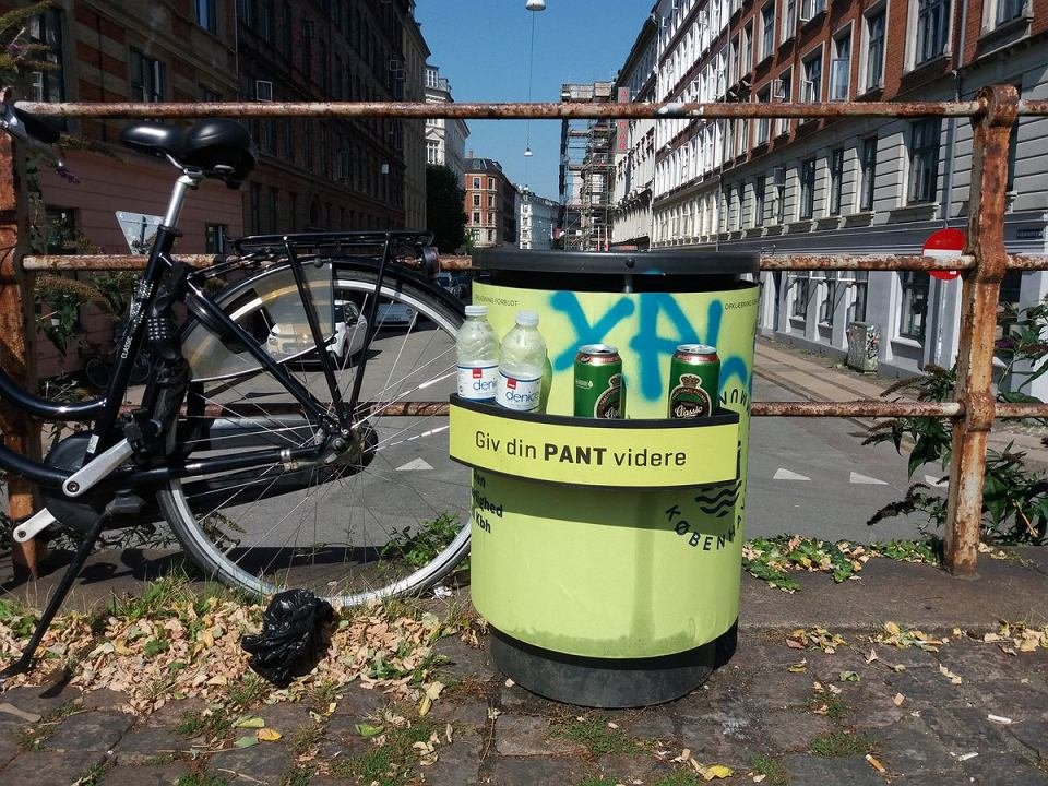 Półka przy koszu na śmieci w Danii