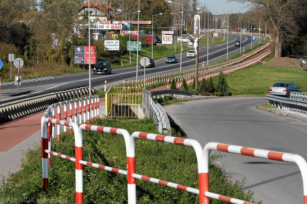 Ścieżka rowerowa z biało-czerwonymi barierkami (zdjęcie ilustracyjne)