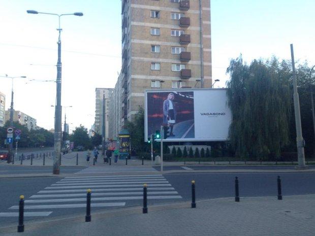 Reklama znajduje się na Muranowie, na rogu ul. Stawki i Jana Pawła II