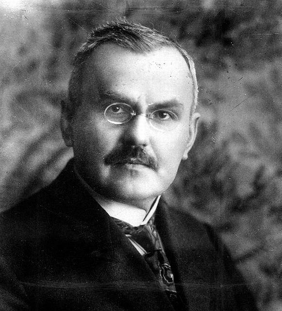 Władysław Grabski (1874-1938) i jego brat Stanisław (1871-1949) należeli do czołowych polityków prawicy. Obaj byli wybitnymi ekonomistami i obaj zrobili wielkie kariery w II RP. Władysław był dwukrotnym premierem i trzykrotnym ministrem skarbu. Stanisław brał udział w rokowaniach pokojowych z bolszewikami, a potem w latach 1925-26 był ministrem wyznań religijnych i oświecenia publicznego. Podczas IIwojny zaliczał się do najbardziej wpływowych działaczy emigracyjnych w ''polskim Londynie''