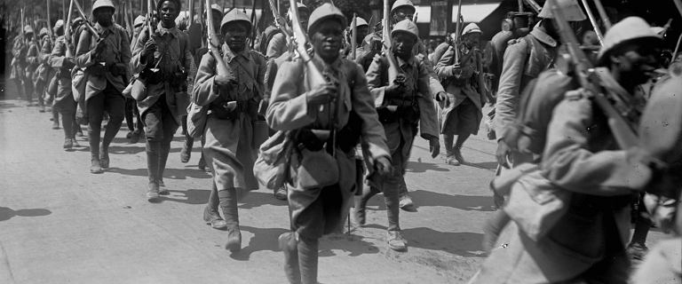 """Od """"rasy wojowników"""" do """"czarnego wstydu"""". Afrykanie w okopach I wojny światowej"""