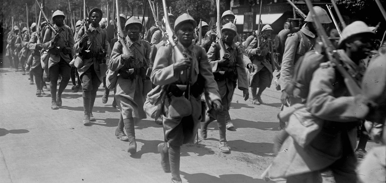 Francja jako jedyne wówczas mocarstwo nie wahała się rzucić swoich czarnoskórych poddanych w tak dużej liczbie na pierwszą linię walk przeciw żołnierzom wroga (fot. Agence Rol/National Library of France/Domena Publiczna)