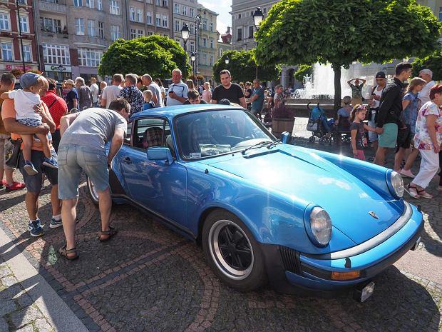 Zdjęcie numer 16 w galerii - Międzynarodowy rajd zabytkowych pojazdów na Rynku w Wałbrzychu. Było co podziwiać [ZDJĘCIA]