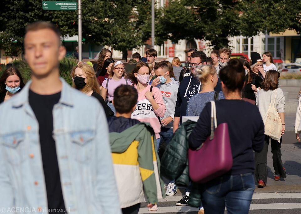 Od soboty w żółtej strefe jak tu na zdjęciu w Szczecinie będzie trzeba nosić maseczki na otwartej przestrzeni. To nowe zalecenie Ministra Zdrowia z związku z koronawirusem. Antymaseczkowcy źle na to reagują.