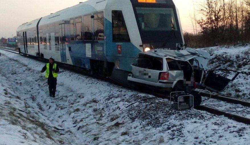 Tragiczny wypadek w Rzeszowie. Samochód osobowy zderzył się z szynobusem