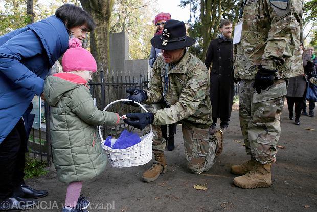 Zdjęcie numer 0 w galerii - Wszystkich Świętych 2019. Torunianie i żołnierze z USA kwestowali na cmentarzu św. Jerzego
