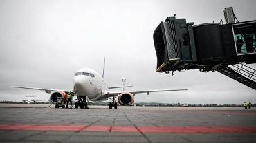 Pasażerowie czekają na podjazd samolotu