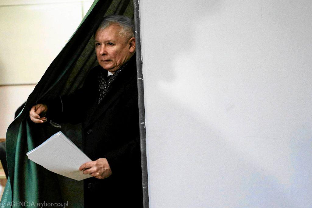 Jarosław Kaczyński oddaje głos w wyborach samorządowych
