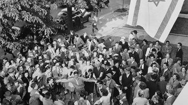 14 maja 1948 r., Waszyngton. Grupa młodych Żydów wykonuje tradycyjny taniec hora, po tym jak przed siedzibą Agencji Żydowskiej na rzecz Izraela wciągnięta została flaga nowego państwa. Amerykańskich Żydów w stan euforii wprowadziło nie tylko proklamowanie niepodległości Izraela, ale również natychmiastowe uznanie go przez prezydenta Stanów Zjednoczonych Harry'ego Trumana