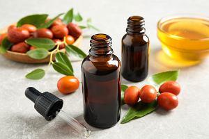 Ten olejek pomoże z trądzikiem i przetłuszczaniem się włosów. Ma również działanie przeciwzmarszczkowe!