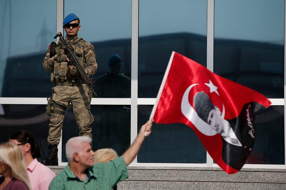 Protest pod siedzibą sądu w Silivri, gdzie trwa oparty na sfingowanych dowodach proces dziennikarzy gazety 'Cumhuriyet', oskarżonych o wspieranie organizacji terrorystycznej. Na tureckiej fladze portret Ataturka, twórcy świeckiej republiki. Zdjęcie z 11 września 2017 r.