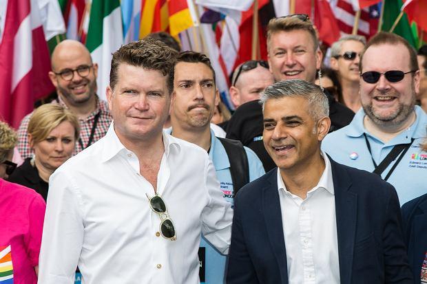 Matthew Barzun i Sadiq Kha na London Pride