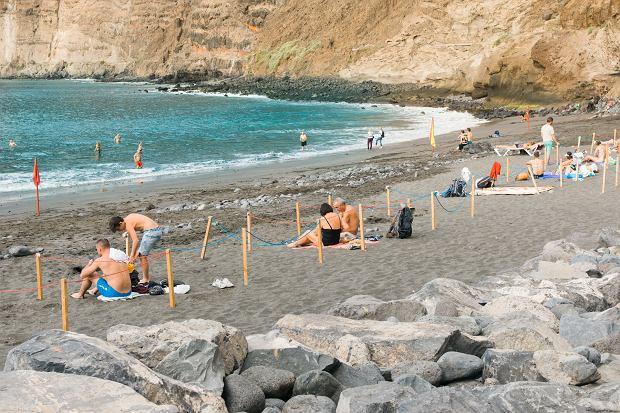 W każdym turystycznym kraju ludzie mają inne podejście do obostrzeń. Na zdjęciu - plaża na Teneryfie - plażowicze utrzymują bezpieczny dystans (fot: Shutterstock.com)