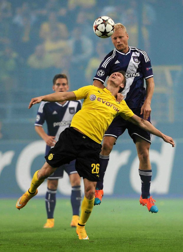 Borussia Dortmund's Lukasz Piszczek (L) jumps for the ball with Anderlecht's Olivier Deschacht (R) during their Champions League group D soccer match at the Constant Vanden Stock stadium in Brussels October 1, 2014.     REUTERS/Francois Lenoir (BELGIUM  - Tags: SPORT SOCCER)   SLOWA KLUCZOWE: :rel:d:bm:LR1EAA11JQYIJ