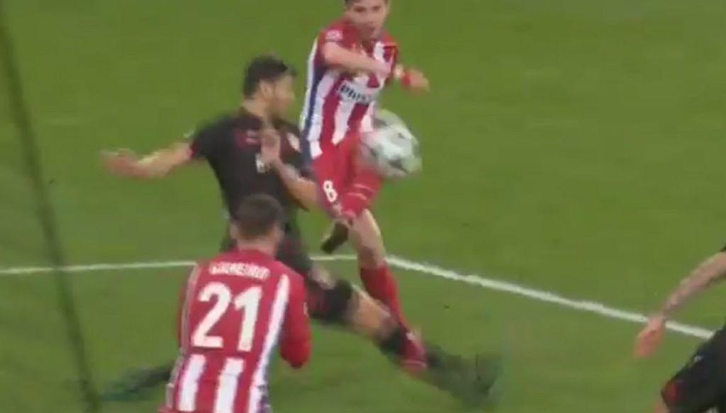 Saul Niguez strzela bramkę w meczu LM pomiędzy Atletico Madryt a Bayerem Leverkusen