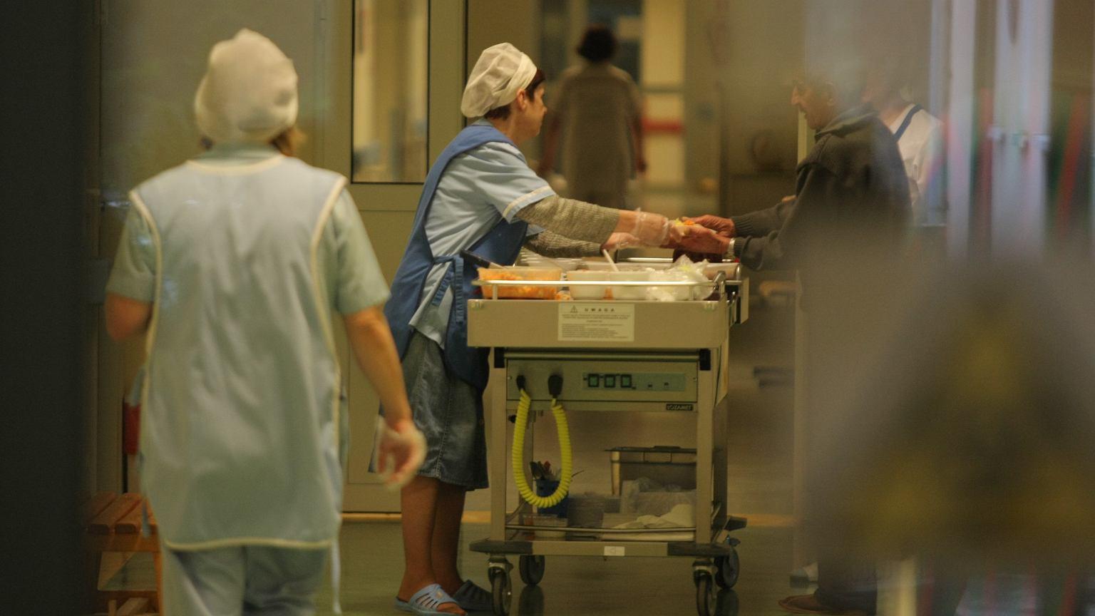 Wydawanie posiłków w szpitalu
