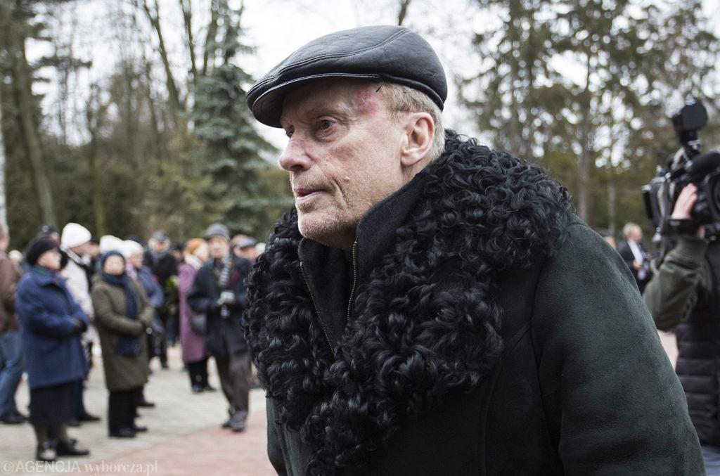 Daniel Olbrychski odwiedził grób byłej żony, Zuzanny Łapickiej