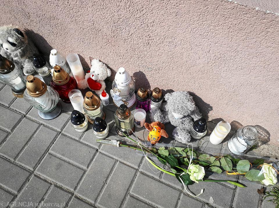 Przy bloku, gdzie doszło do tragedii, łodzianie palą znicze i zostawiają maskotki