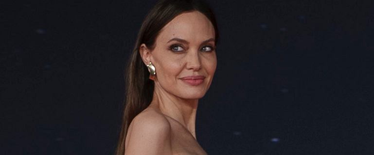 """Olśniewająca Angelina Jolie na premierze filmu """"Eternals"""". U jej boku córki - Shiloh i Zahara"""
