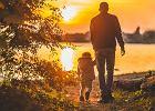 Jak ubrać małe dziecko i niemowlę na jesienny spacer? Przegląd ubrań dla najmłodszych
