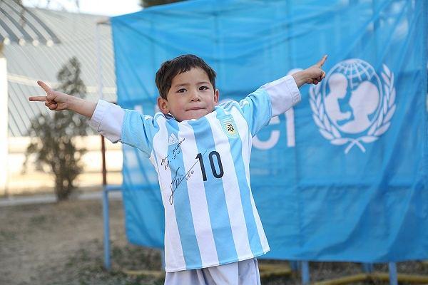 Murtaza Ahmadi w koszulce z autografem Leo Messiego