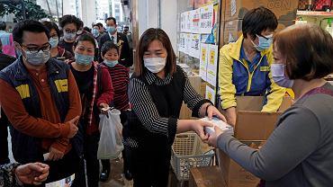 Mieszkańcy Hongkongu stoją w kolejce po maski ochronne