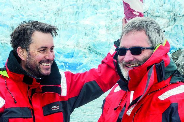 Autor (zlewej) zKrisem -dwuosobowa wachta kambuzowa. Wtle patagoński lodowiec.