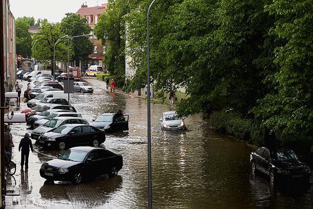 Burze i intensywne opady deszczu powodują, że rzeki wzbierają w bardzo szybkim tempie