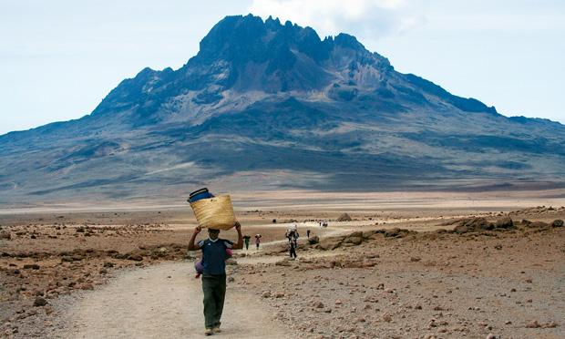 Podróże - jak zdobyć Kilimandżaro, podróże, afryka, Wracamy - tragarze mają przynajmniej mniej do noszenia...
