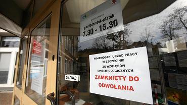 Wejście do zamkniętego, z powodu zakażenia jednej z urzędniczek koronawirusem, Wojewódzki Urząd Pracy w Szczecinie