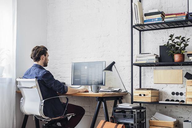 Artykuły biurowe, których nie może zabraknąć w domu. Idealne rozwiązania podczas pracy zdalnej