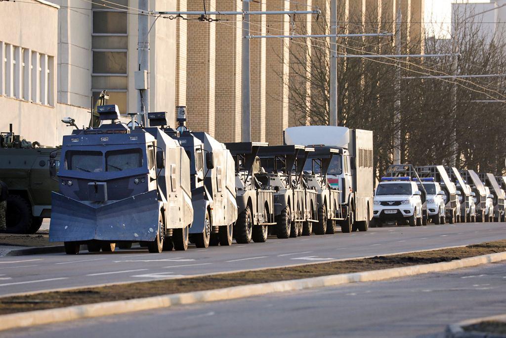 25.03.2021, Mińsk. Milicyjne pojazdy na ulicach w Dniu Wolności, którego to święta nie uznaje reżim Aleksandra Łukaszenki