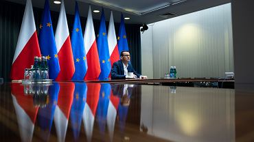 Premier Mateusz Morawiecki podczas posiedzenia gospodarczego sztabu kryzysowego.