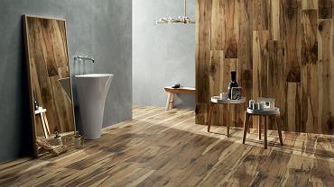 Płytki drewnopodobne w łazience tworzą doskonały duet z szarymi ścianami
