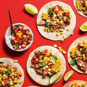 Tacos zpieczonym łososiem isalsą ztruskawek imango