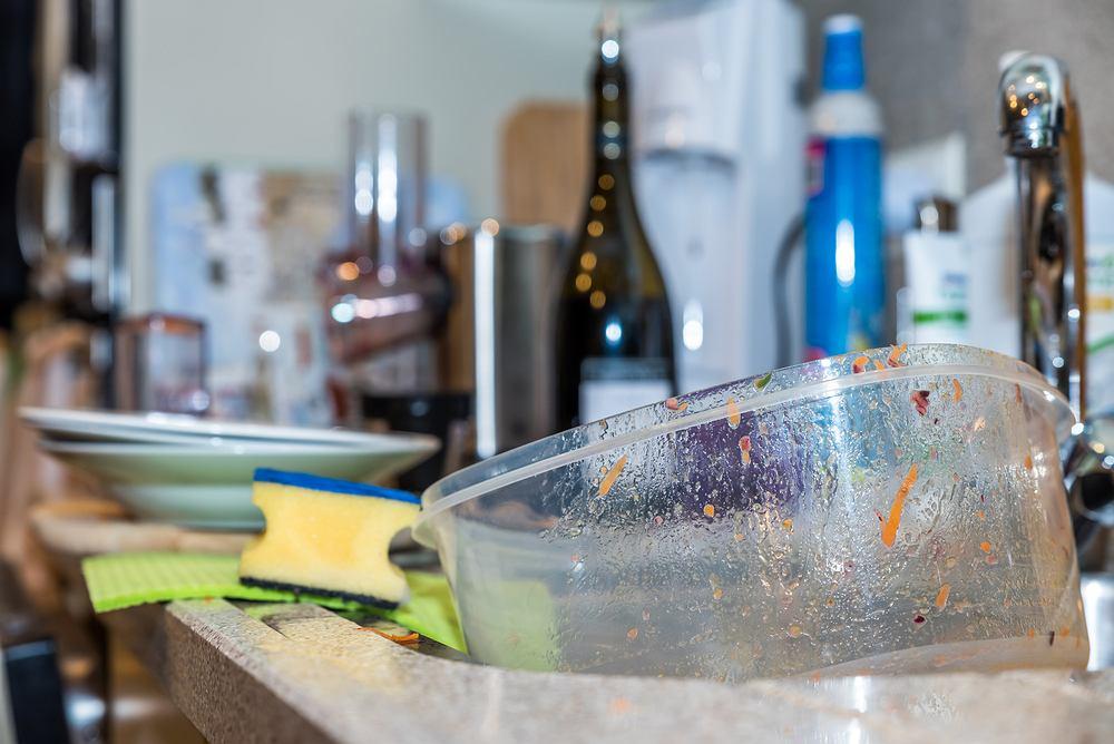 Pasta z sody oczyszczonej i moczenie w roztworze wody z octem powinny pomóc pozbyć się uciążliwych plam i trudnych do usunięcia zabrudzeń