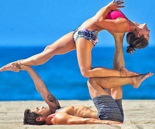 Acroyoga to modna aktywność dla par.