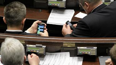 Posłowie podczas głosowania - rząd przyjął wczoraj projekt ustawy o in vitro.