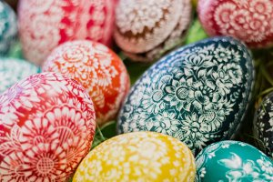 Pisanki wielkanocne na różne sposoby. Jak udekorować jajka na Wielkanoc