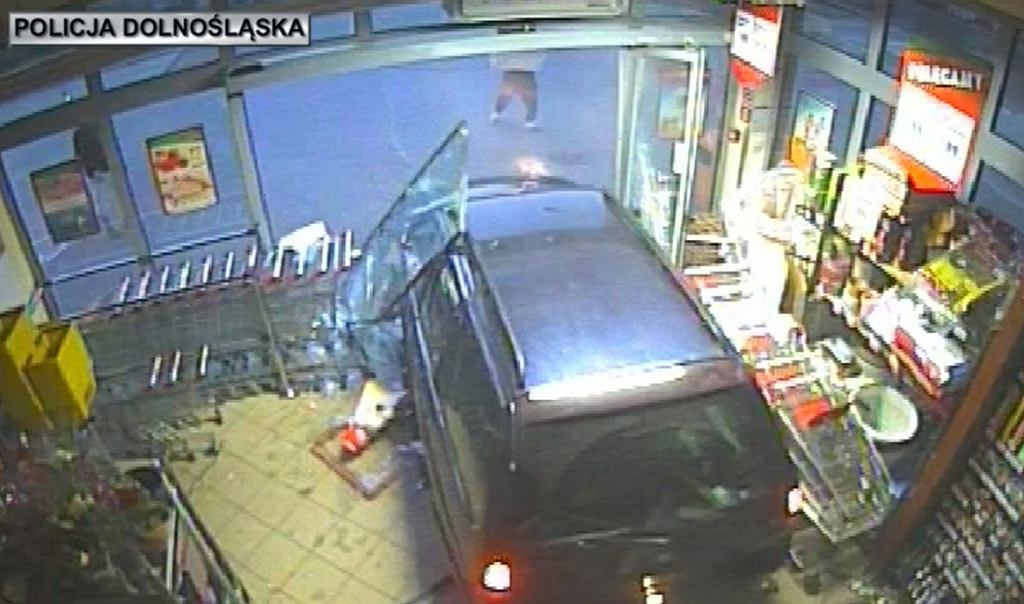 Dolny Śląsk. Wjeżdżali samochodem w sklepy