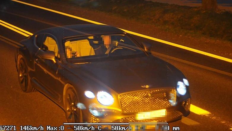 Bentleyem przekroczył prędkość w zabudowanym o prawie 100 km/h