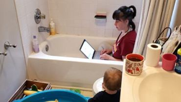 Heidi Metcalfe Lewis w czasie pracy w wannie.